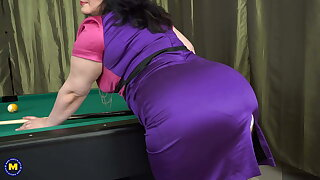 Big mature mom fucks her pussy with real cue
