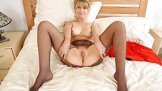 Older lady Ila Jane rubs her hungry fanny